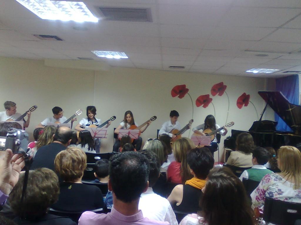 Συναυλία στην αίθουσα εκδηλώσεων του Ωδείου από σύνολο κιθαριστών